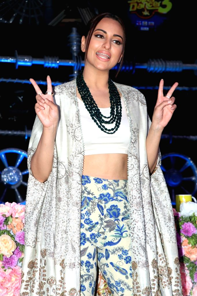 Alia, Varun and Sonakshi Sinha on the sets of
