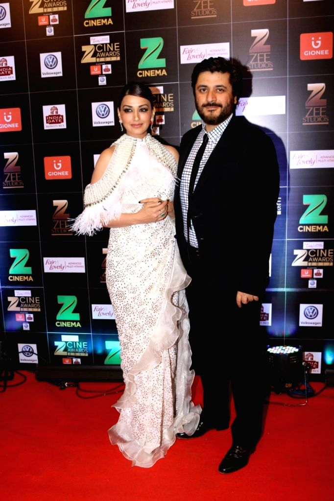 Actress Sonali Bendre along with husband Goldie Behl during the Fair & Lovely Zee Cine Awards 2017 in Mumbai on March 11, 2017. - Sonali Bendre