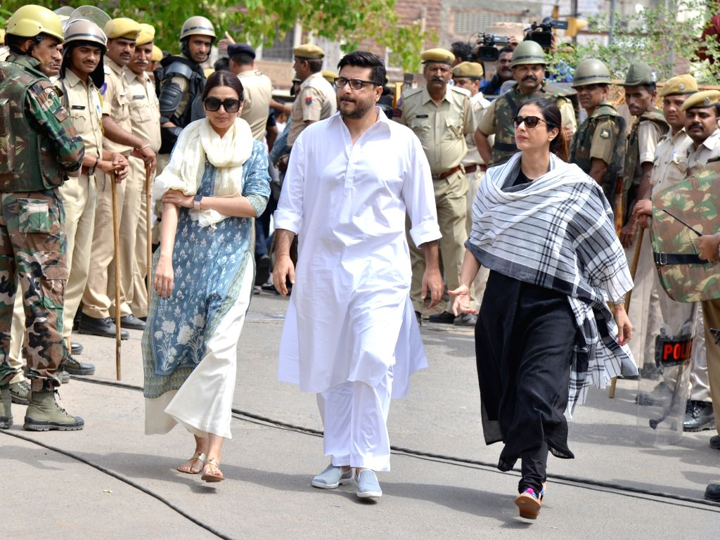 Actress Sonali Bendre arrives to appear before a Jodhpur rural court in connection with the hearing in black buck poaching case, on April 5, 2018. While Actor Salman Khan was found guilty on ... - Sonali Bendre, Salman Khan and Saif Ali Khan