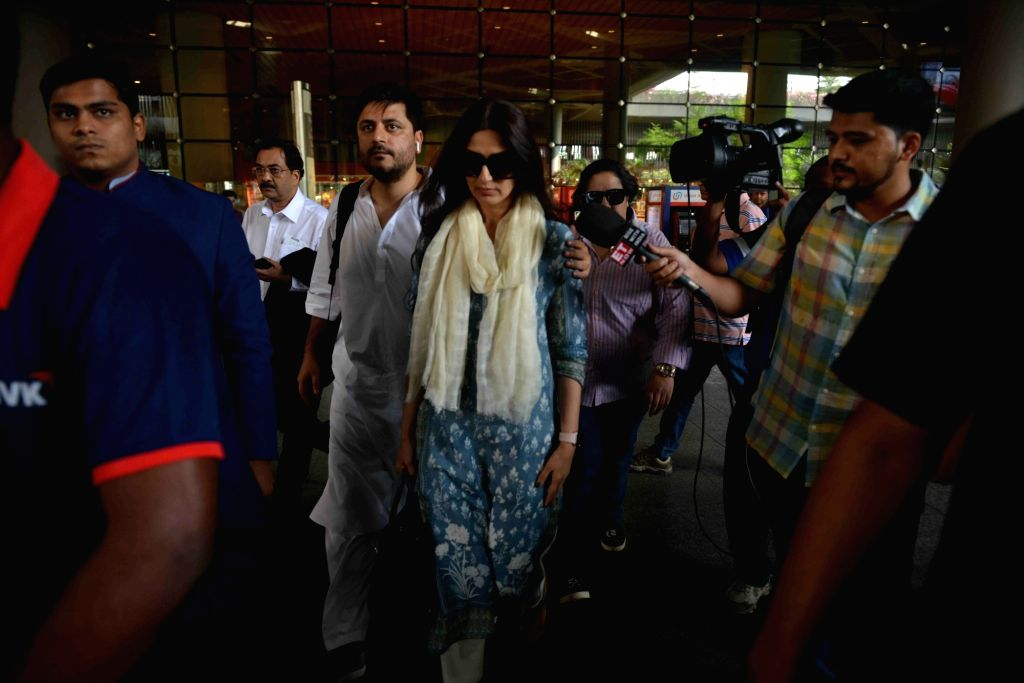 Actress Sonali Bendre with her husband Goldie Behl returned to Mumbai after being acquitted by a Jodhpur court in the blackbuck poaching case in Mumbai on April 5, 2018. - Sonali Bendre