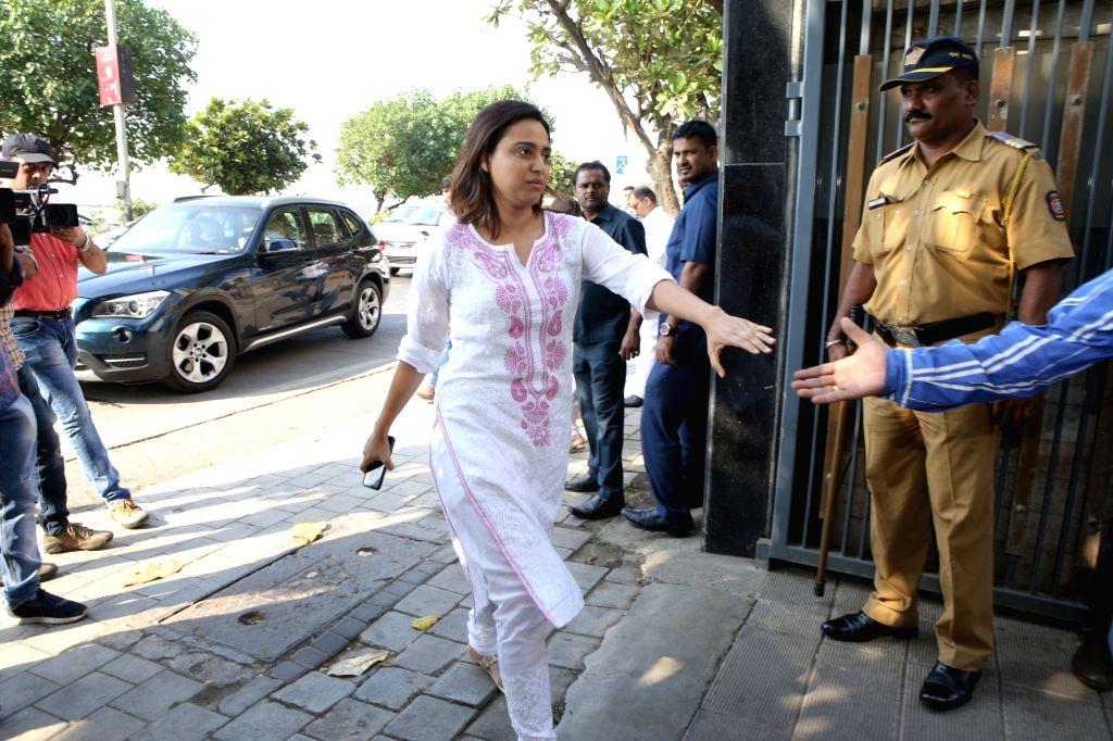 Actress Swara Bhaskar arrives at the residence of Raj Kumar Barjatya who died on in Mumbai on Feb 21, 2019. - Swara Bhaskar and Kumar Barjatya