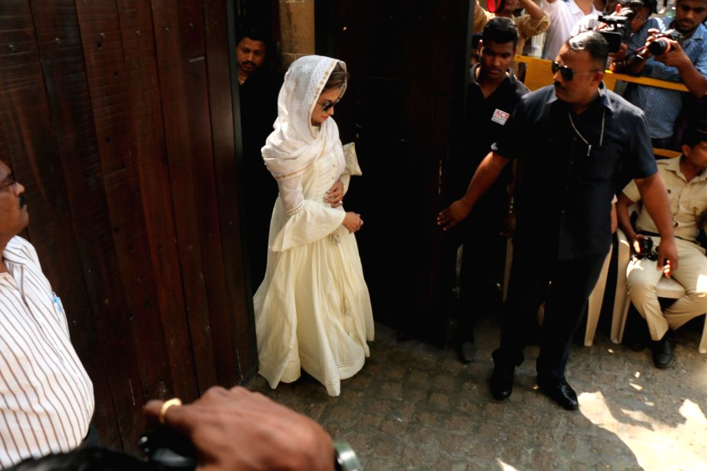 Actress Urmila Matondkar arrives at actor Anil Kapoor's residence to meet the grief struck Kapoor family after sudden demise of actress Sridevi, in Mumbai on Feb 27, 2018. Veteran actress ... - Urmila Matondkar, Sonam Kapoor and Khushi Kapoor