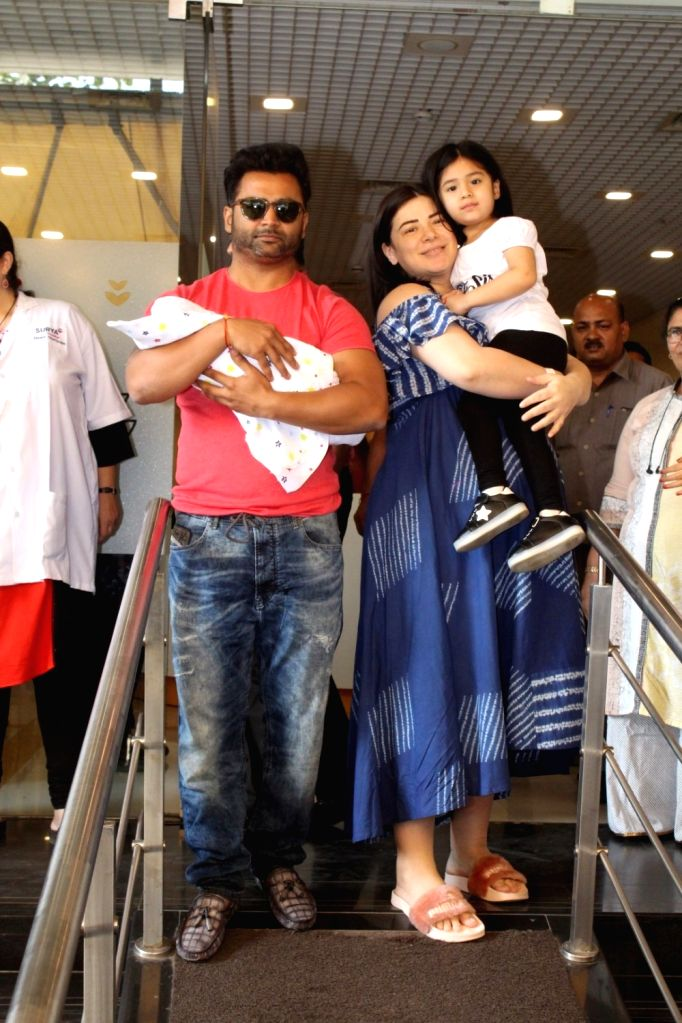 Actress Urvashi Sharma, who gave birth to a baby boy on 26th Nov 2017 comes out of a Mumbai hospital with her husband, producer-actor Sachiin Joshi and their daughter on 30 Nov, 2017. - Urvashi Sharma and Sachiin Joshi