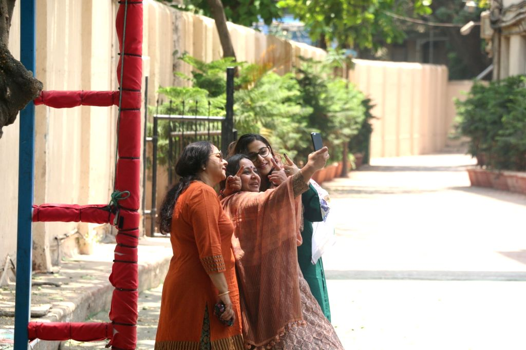 Actress Vidya Balan poses for selfies with her family members after casting vote for the fourth phase of 2019 Lok Sabha elections, in Mumbai on April 29, 2019. - Vidya Balan