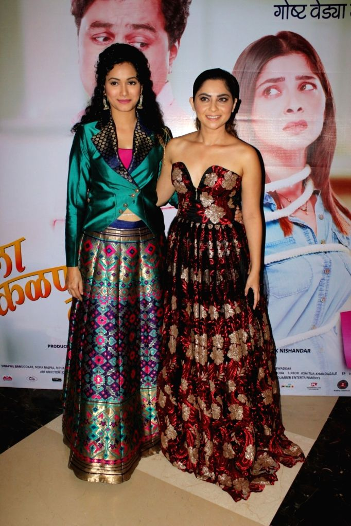 "Actresses Neeta Shetty and Sonalee Kulkarni during the grand premiere of film ""Tula Kalnnaar Nahi"" in Mumbai on Sept 8, 2017. - Neeta Shetty and Sonalee Kulkarni"
