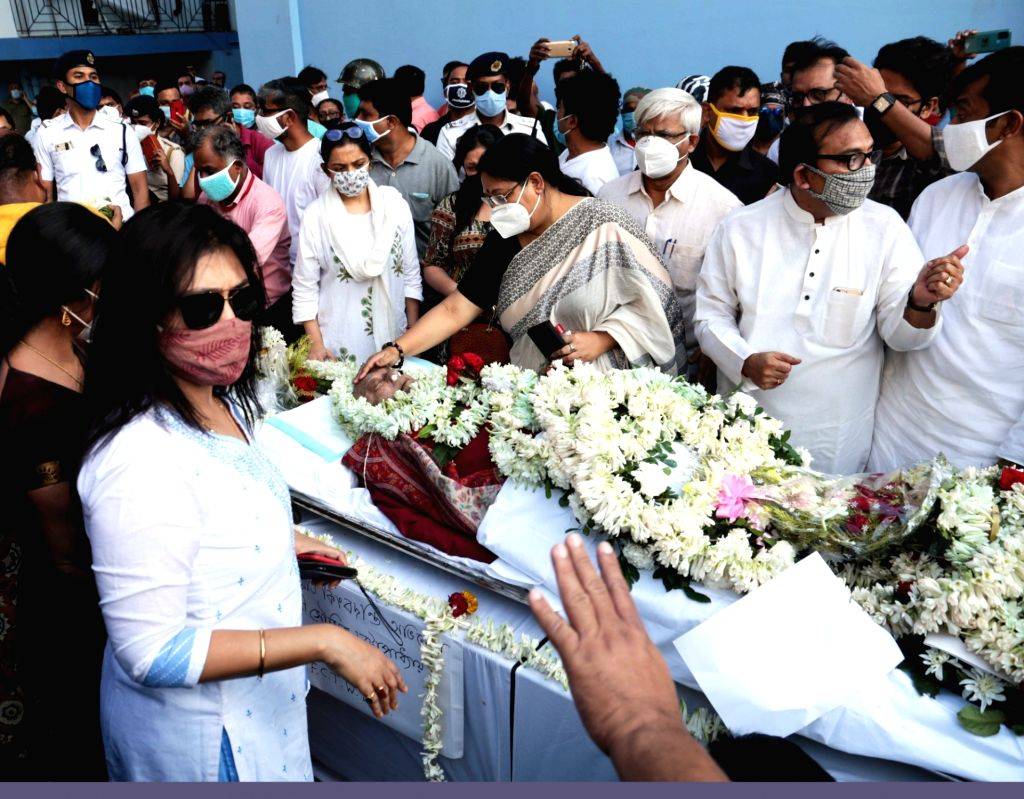Actresses, political leaders paying their last homage to Eminent actor Soumitra Chatterjee on his last journey from Belle Vue Nursing Home, on November 15, 2020. - Soumitra Chatterjee