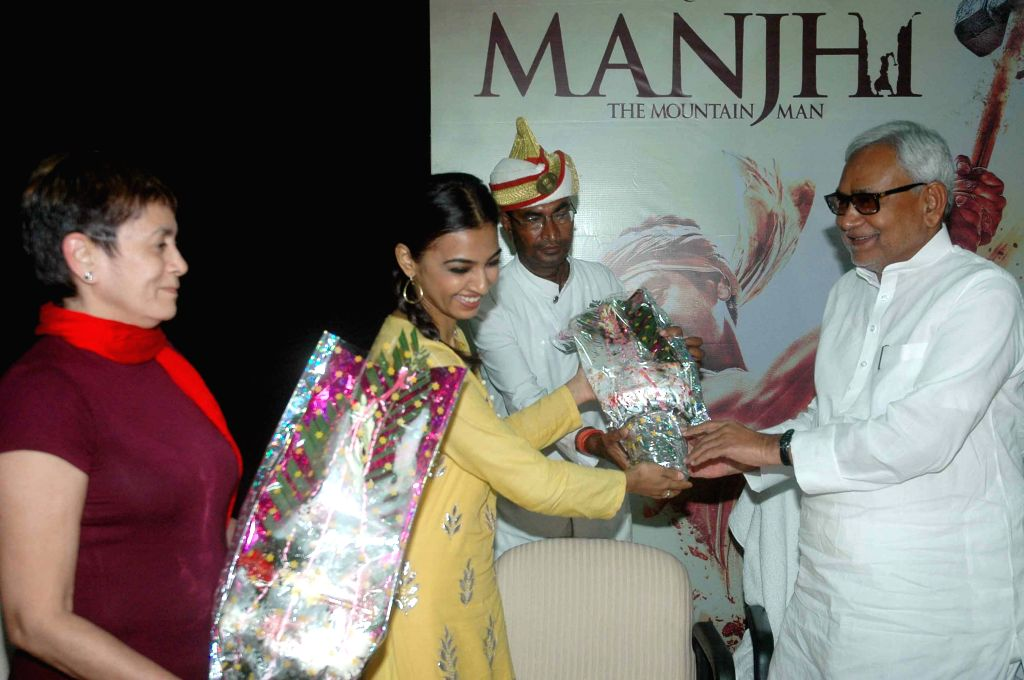 Actresses Radhika Apte and Deepa Sahi meet the Bihar Chief Minister Nitish Kumar to promote their upcoming film `Manjhi: The Mountain Man` in Patna on Aug 17, 2015. - Radhika Apte and Deepa Sahi