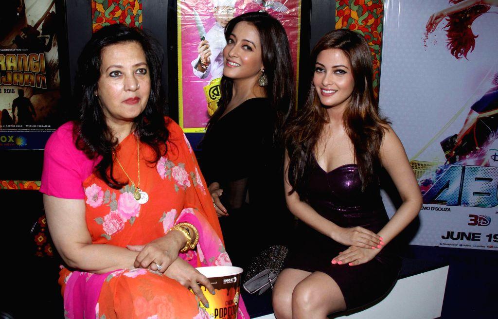 Actresses Ria Sen and Raima Sen with their mother and actress Moon Moon Sen during the premier show of Bengali movie `Roga Hawar Sahaj Upai` in Kolkata on June 25, 2015. - Moon Moon Sen, Ria Sen and Raima Sen