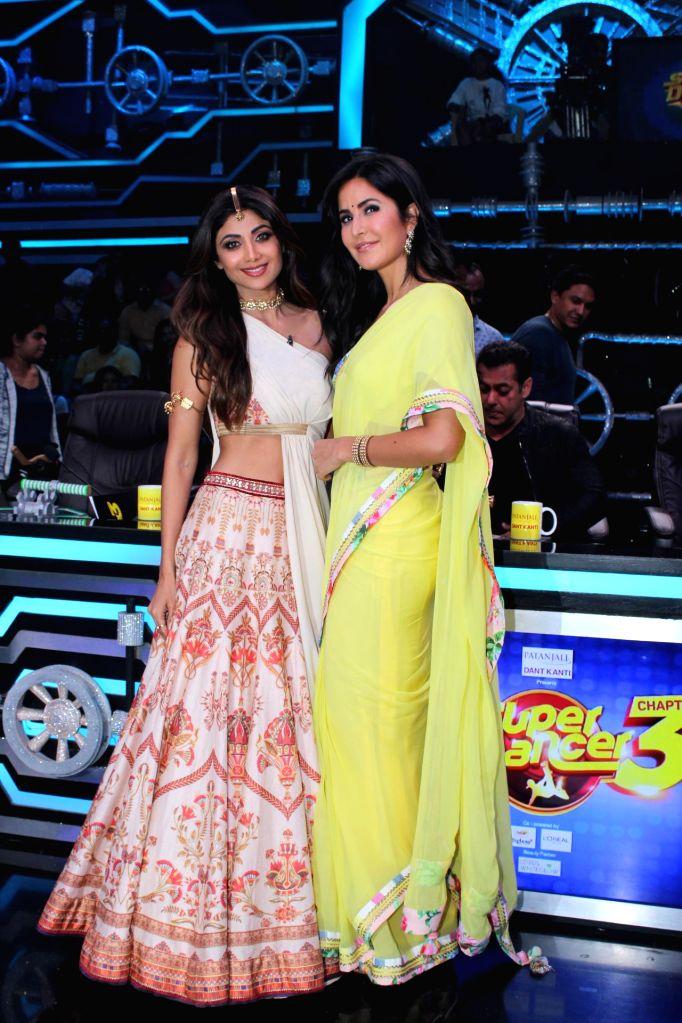 """Actresses Shilpa Shetty Kundra and Katrina Kaif on the sets of a dance reality show """"Super Dancer chapter 3"""", in Mumbai on May 27, 2019. - Shilpa Shetty Kundra and Katrina Kaif"""