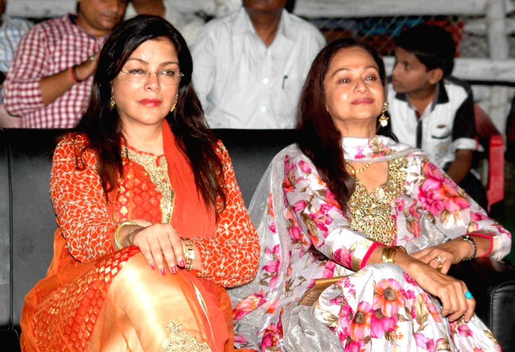 Actresses Zeenat Aman and Zarina Wahab during a Dussehra Mahotsav programme in Patna on Oct 3, 2016. - Zeenat Aman and Zarina Wahab