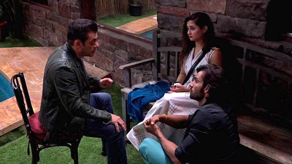 """After disclosing shocking details about Arhaan's past to Rashami Desai  on the last night episode's of """"Bigg Boss 13"""", Salman Khan will go inside the house to console the actress. - Rashami Desai and Salman Khan"""