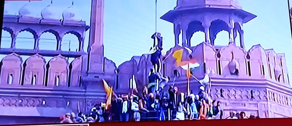 After violent clashes with police, farmers swarm Red Fort.