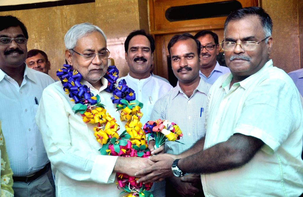 Agriculture scientists from Tamil Nadu felicitate Bihar Chief Minister Nitish Kumar during a programme in Patna, on May 26, 2016. - Nitish Kumar