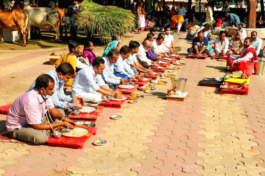 Ahmedabad : People perform rituals on Sarva Pitru Amavasya at a temple in Ahmedabad on Wednesday, October 06,2021.