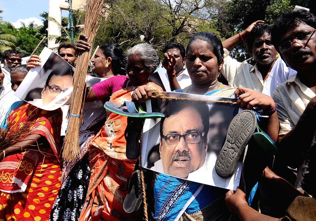 AIADMK workers protest against Tamil Nadu Congress chief E V K S Elangovan's remarks regarding Tamil Nadu Chief Minister J Jayalalithaa in Chennai, on Aug 18, 2015. - J Jayalalithaa
