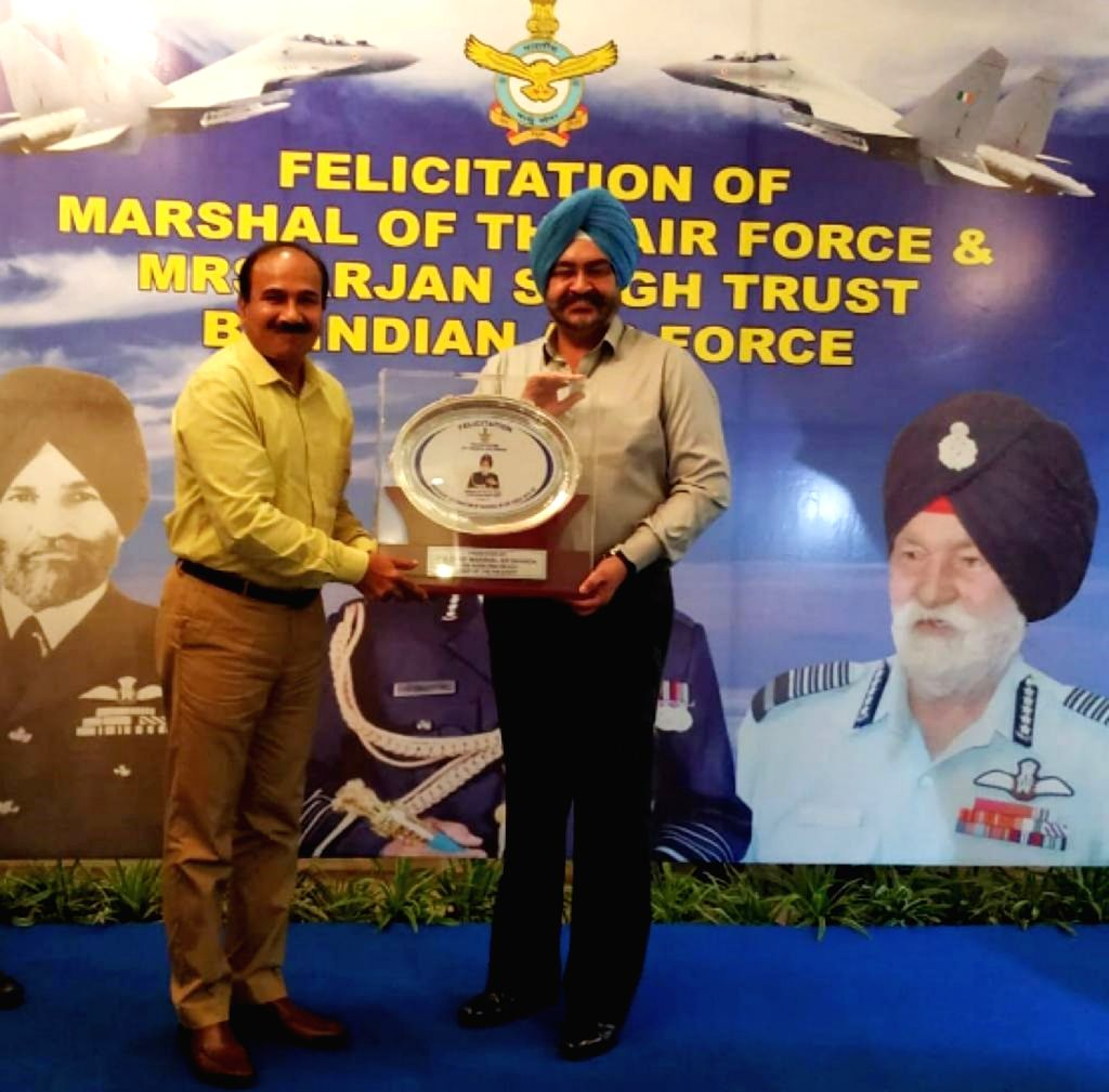 Air Chief Marshal BS Dhanoa, Chairman Chiefs of Staff Committee & Chief of the Air Staff presents a memento to Air Chief Marshal Arup Raha (Retd), Chairman, Marshal of the Air Force ... - Arjan Singh Trust