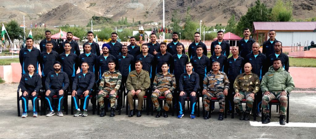 Air Officer Commanding, Jammu and Kashmir Air Vice Marshal Pankaj Mohan Sinha with the participants of  Kargil to Kohima (K2K) Ultra-Marathon- ???Glory Run??? at Kargil War Memorial in Drass, ...