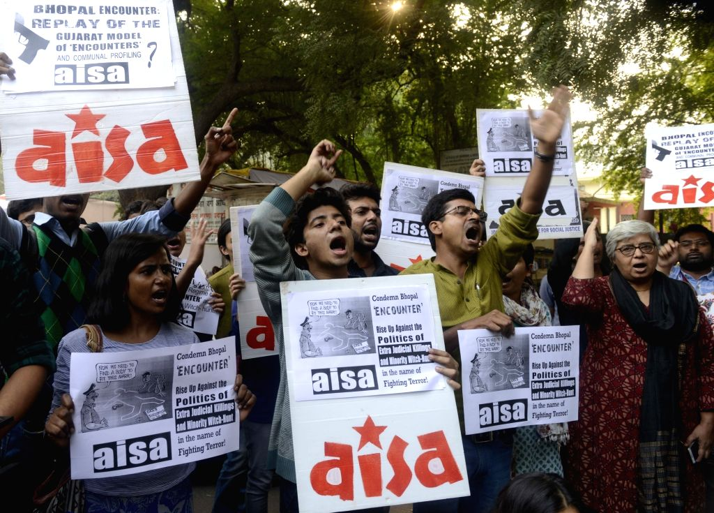 """AISA workers stage a demonstration against the killing of eight undertrial SIMI activists in an alleged """"encounter"""" with police in Bhopal, in New Delhi on Nov 1, 2016."""
