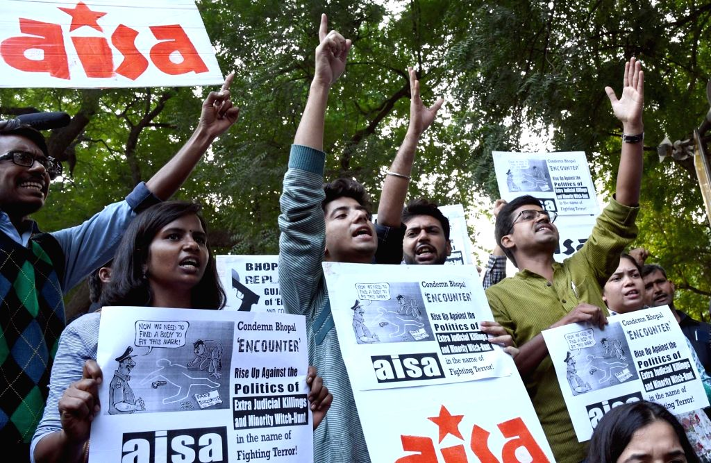 """AISA workers stage a demonstration against the killing of eight undertrial SIMI activists in an alleged """"encounter"""" with police in Bhopal; in New Delhi on Nov 1, 2016."""