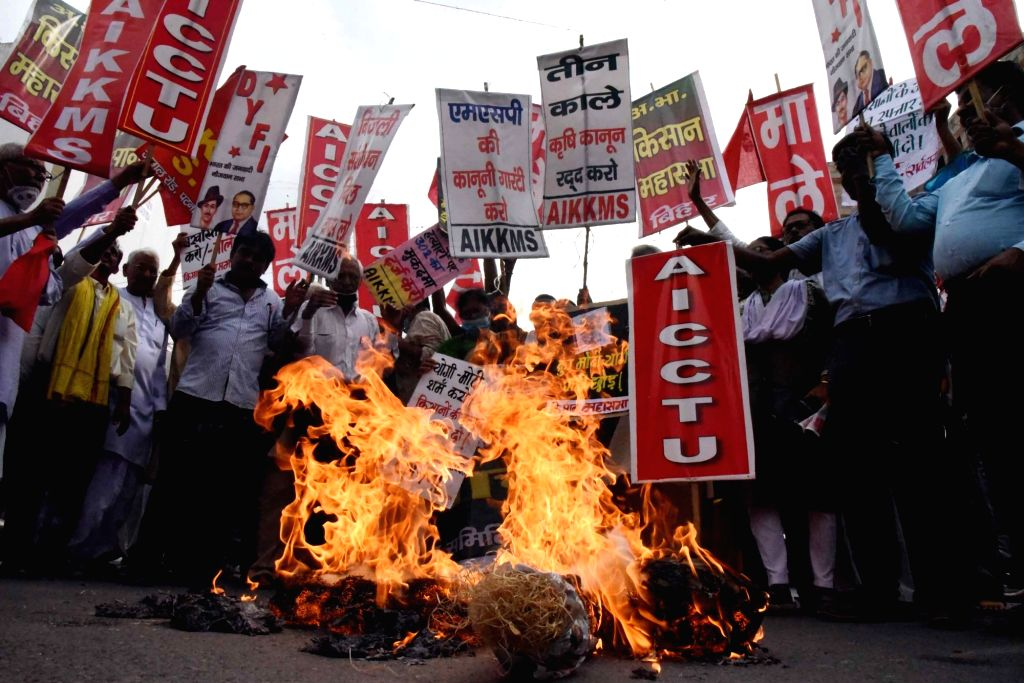 Akhil Bhartiya Kisan Mahasabha activists  protesting against Sunday???s killing of four farmers in Uttar Pradesh as they burn an effigy of Prime Minister Nrendra Modi in Patna on Monday, Oct. ... - Nrendra Modi