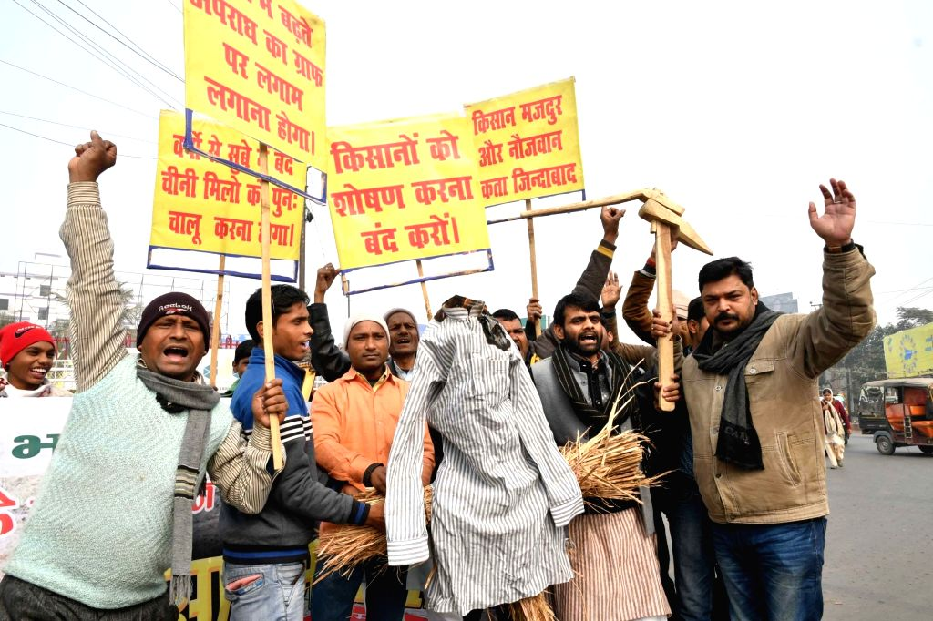 Akhil Bhartiya Kisan Majdoor members stage a demonstration to press for their various demands in Patna on Jan 16, 2018.