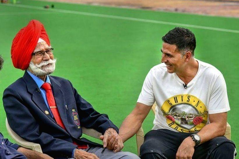 Akshay Kumar mourns demise of hockey legend Balbir Singh Senior. - Akshay Kumar and Balbir Singh Senior