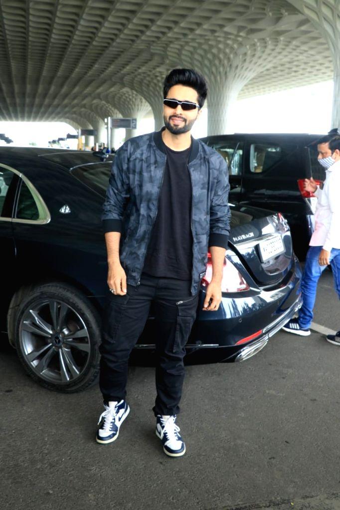 Akshay Kumar, Vaani Kapoor leave for Delhi for 'Bell Bottom' trailer launch - Akshay Kumar and Vaani Kapoor