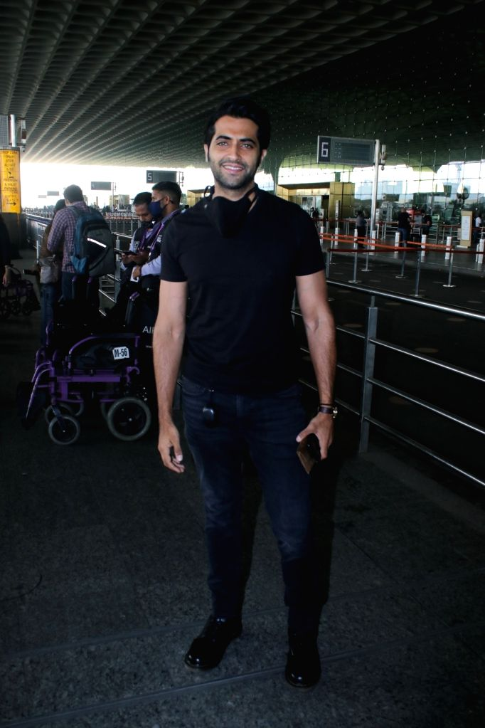 Akshay Oberoi Spotted at Airport Departure On Saturday 27 March, 2021.