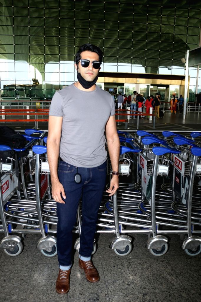 Akshay Oberoi Spotted At Airport Departure on Jan 12, 2021.