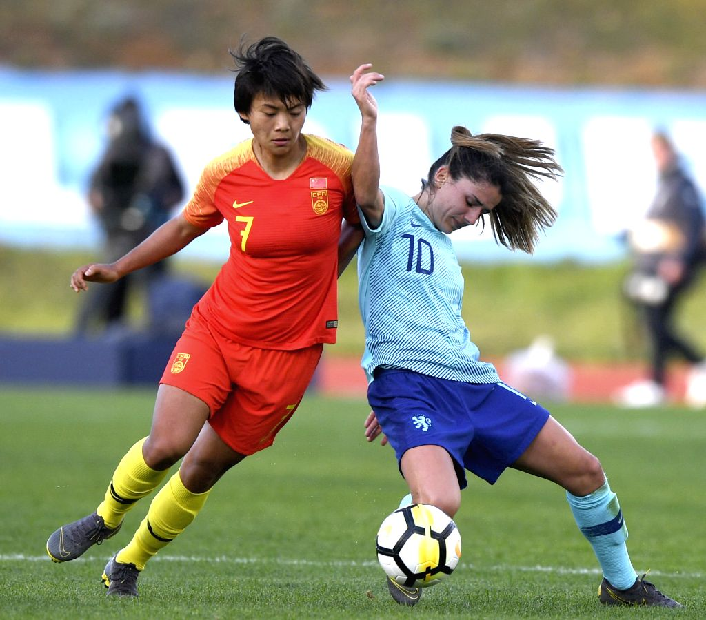 ALBUFEIRA, March 7, 2019 - Wang Shuang (L)  of China vies with  Danielle Van De Donk of The Netherlands during the placement match 11-12 at the 2019 Algarve Cup women's football tournament in ...