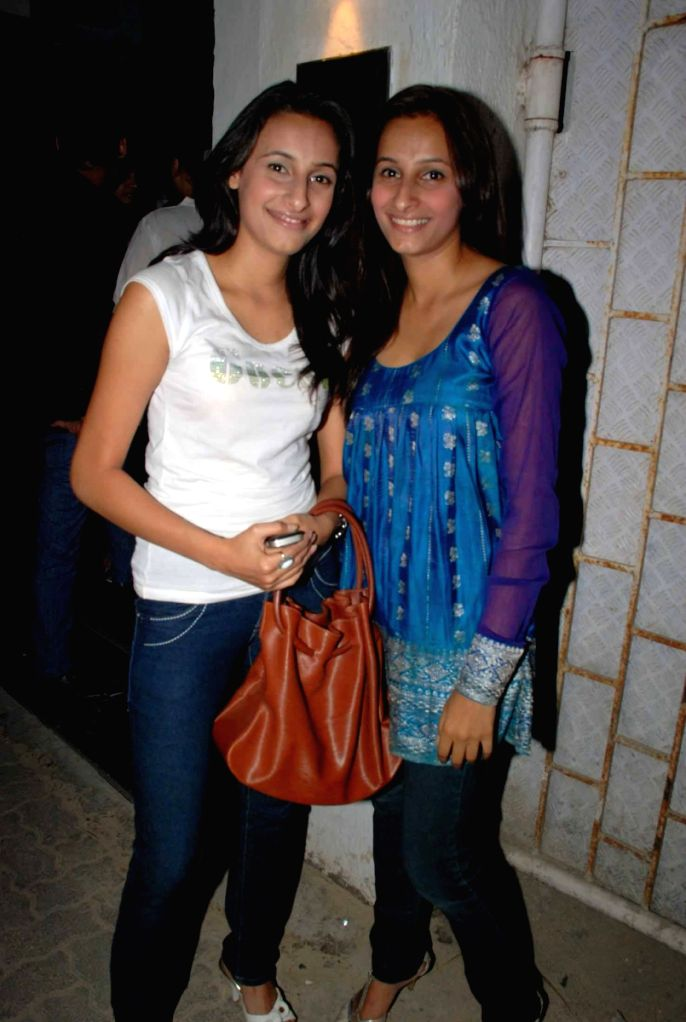 Alina and Sana at Kohinoor International bash hosted by Sinful entertainment at Vie Lounge.