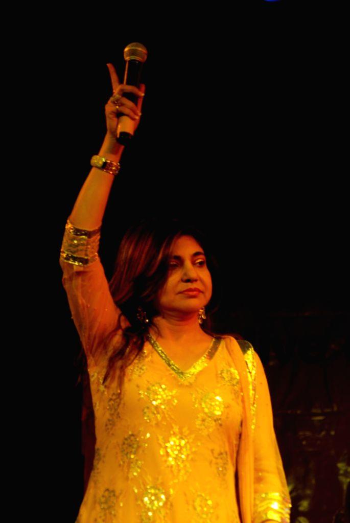 Alka Yagnik at Abhijeet live charity concert by Giants Club of Chowpatty at Birla Matoshree.