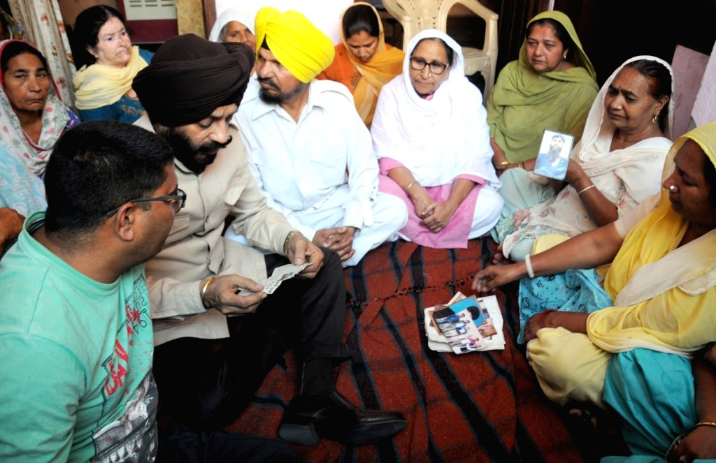 All India Anti Terrorist Front Chairman MS Bitta and Dalbir Kaur, sister of late Sarabjit Singh interact with family members of Kirpal Singh - an Indian prisoner who died at the Kot Lakhpat ... - Dalbir Kaur, Sarabjit Singh and Kirpal Singh