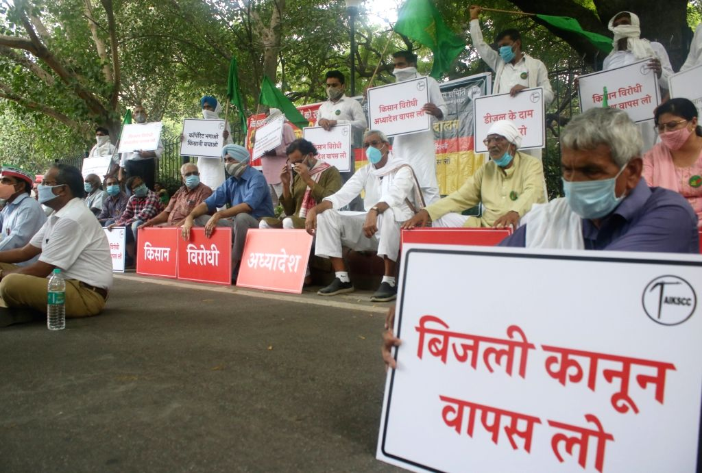 All India Kisan Sangharsh Coordination Committee (AIKSCC) members led by Swaraj Abhiyan leader Yogendra Yadav, stage a demonstration against the Narendra Modi-led Central Government, in ... - Narendra Modi and Yogendra Yadav