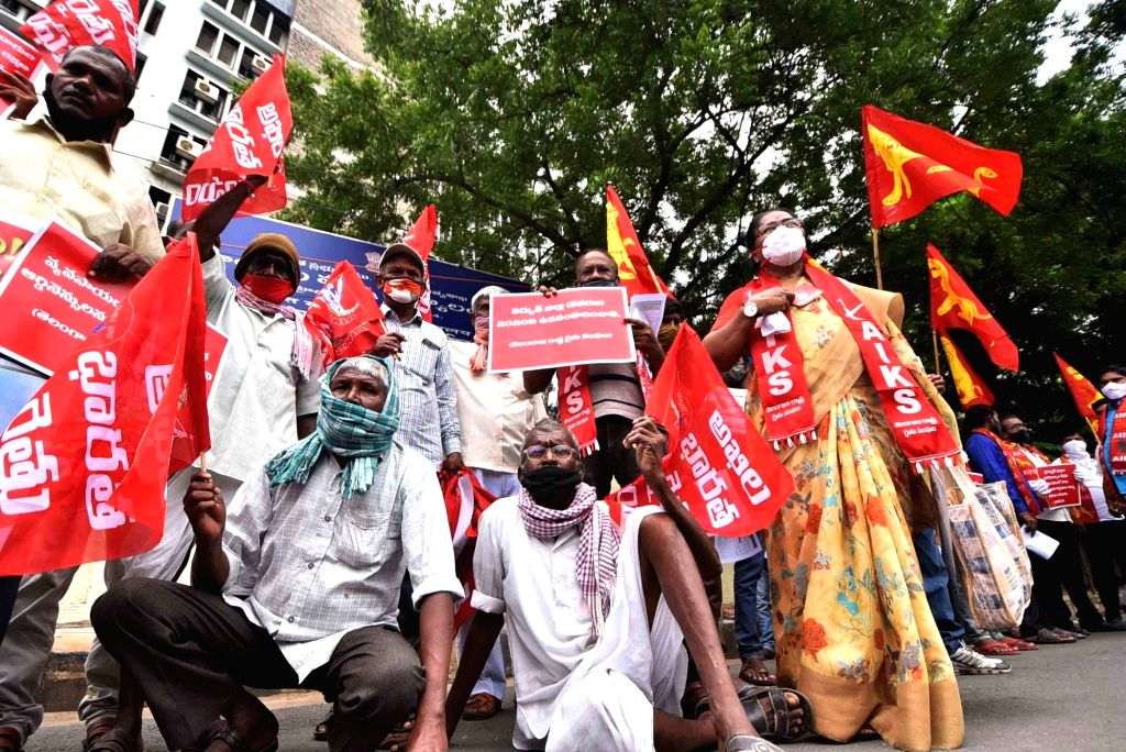 All-India Kisan Sangharsh Struggle Co Ordination Committee protests against the three contentious agriculture-related Bills that have led to agitation by farmers in many states, at Aayakar ...