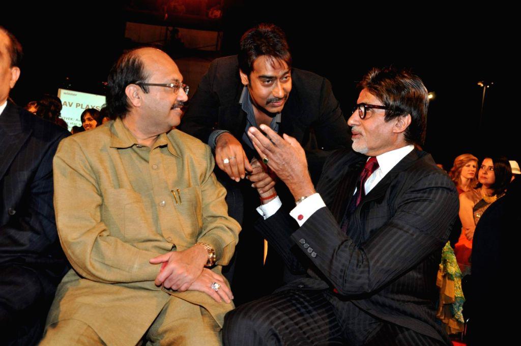 Amar Singh, Ajay Devgan and Amitabh Bachchan at Stardust Awards 2010 in Mumbai. - Ajay Devgan and Amar Singh