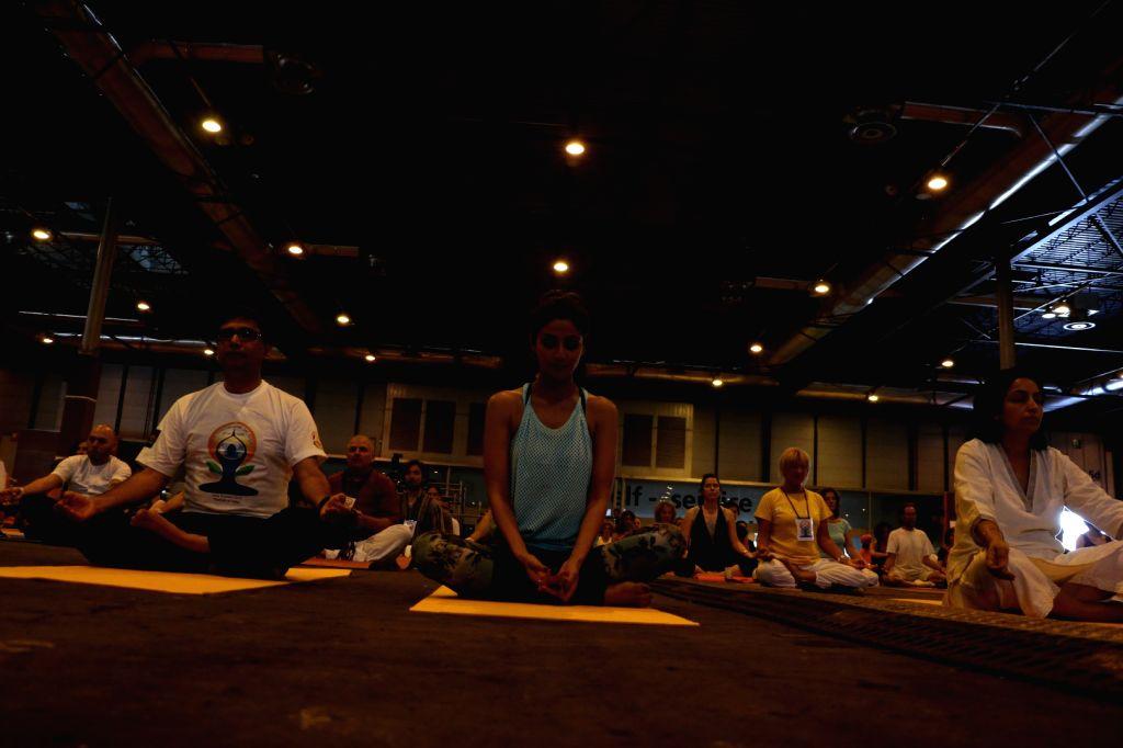 Ambassador Vikram Misri and actress Shilpa Shetty at the IIFA Stomp Yoga Masterclass 2016, in Madrid. - Shilpa Shetty