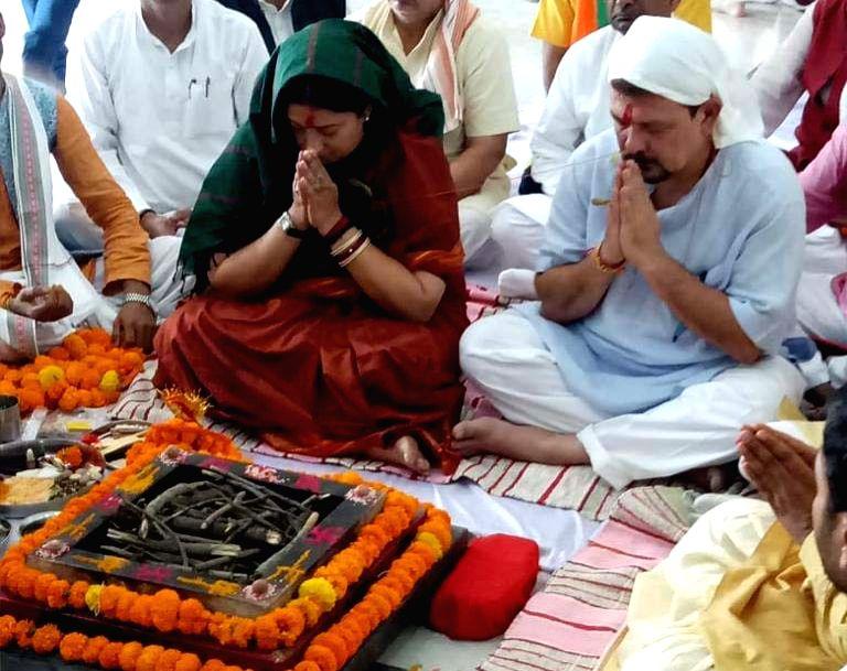 Amethi: Union Minister and BJP's Lok Sabha candidate from Amethi, Smriti Irani performs 'havan' ahead of filing nomination for the 2019 Lok Sabha elections, in Uttar Pradesh's Amethi, on April 11, 2019. (Photo: IANS) - Smriti Irani