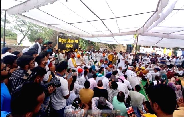 Amidst the protest of farmers in Tohana, the arrested farmers were released while celebrating the demands of the farmers.