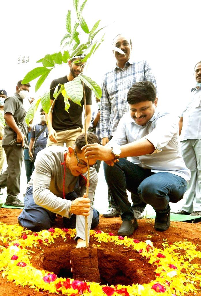 Amir Khan participates in Green India Challenge - Khan