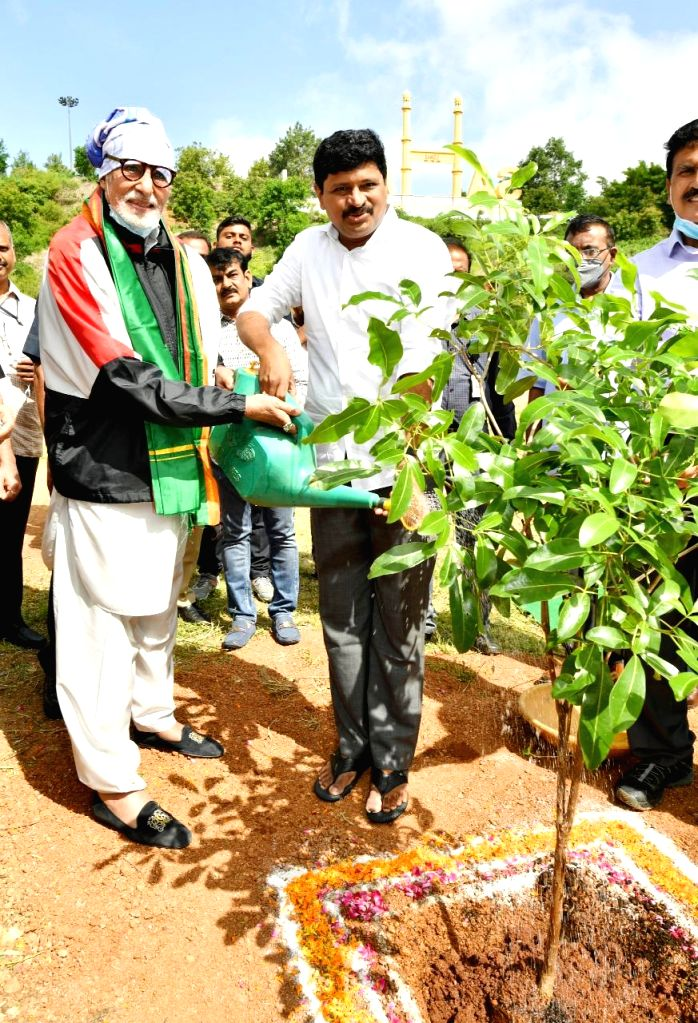 Amitabh Bacchan takes part in Green India Challenge.