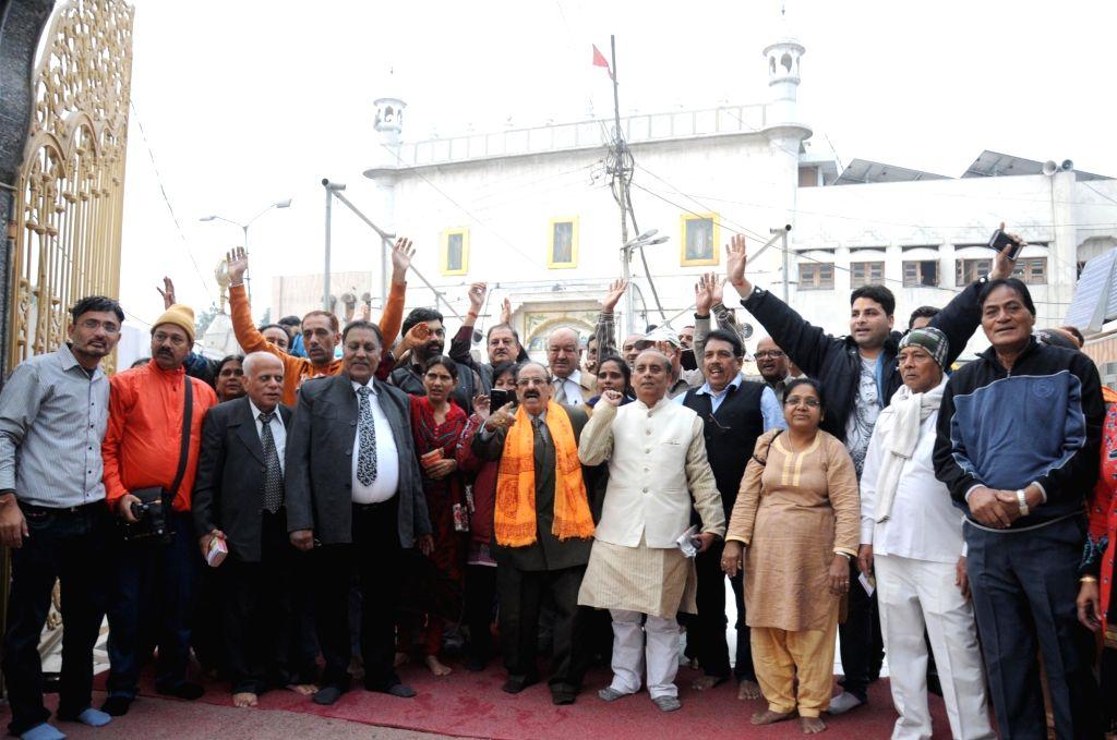 Amritsar: A group of Hindu pilgrims before leaving for Katasraj temple (Pakistan) at Durgiana Temple in Amritsar on Dec 10, 2015. (Photo: IANS)