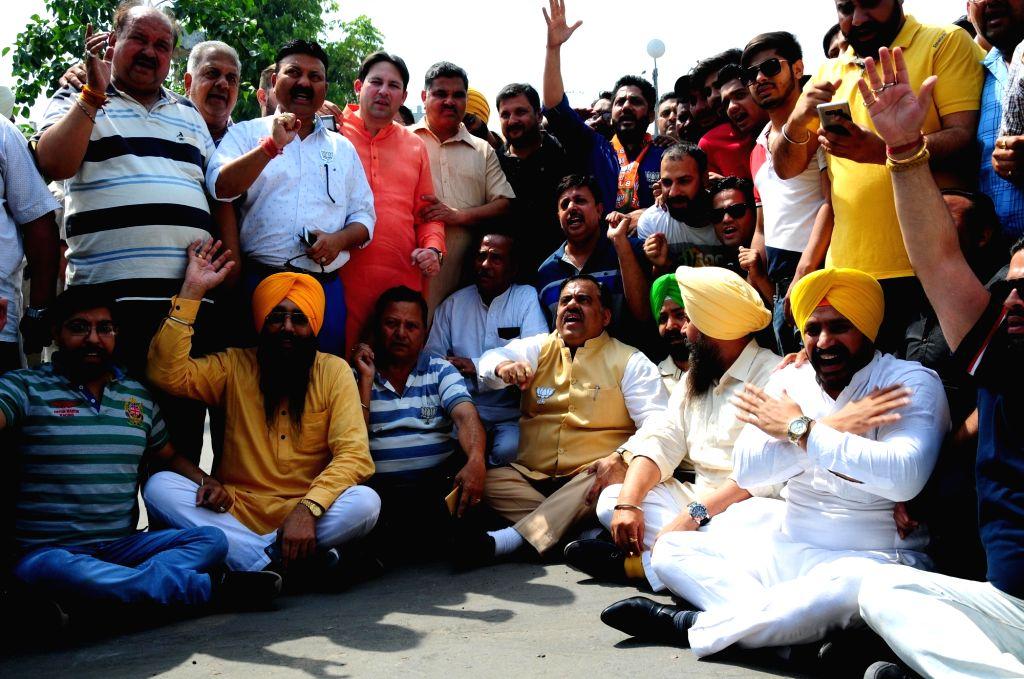 Amritsar: BJP's National Secretary Tarun Chugh and SAD leader Gurpartap Singh Tikka during BJP-SAD's joint demonstration against Indian Oversees Congress chief Sam Pitroda's remarks on 1984 anti-Sikh riots, in Amritsar on May 10, 2019. (Photo: IANS) - Gurpartap Singh Tikka