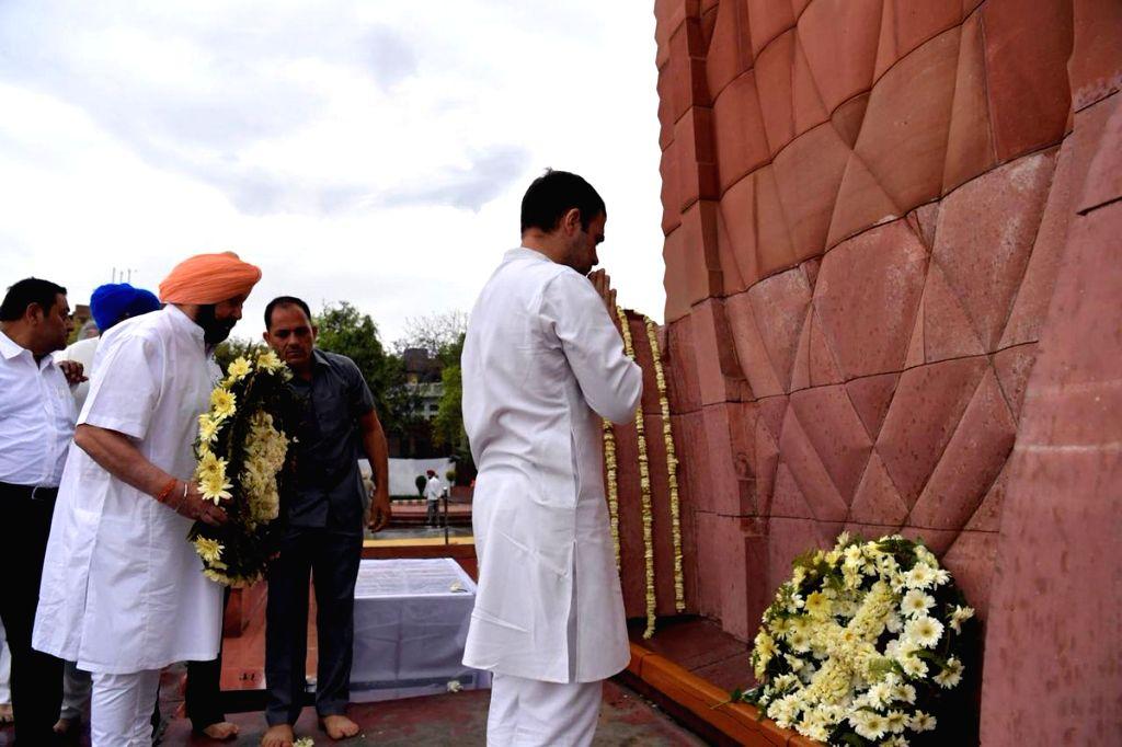 Amritsar: Congress President Rahul Gandhi and Punjab Chief Minister Amarinder Singh pay homage to martyrs of the Jallianwala Bagh massacre at Jallianwala Bagh in Amritsa, on April 13, 2019. (Photo: IANS) - Amarinder Singh and Rahul Gandhi