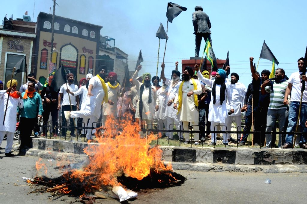 Amritsar: Farmers during a protest against farm laws marking a Black Day, in Amritsar, Wednesday, May 26, 2021.(Photo:Pawan sharma/IANS)