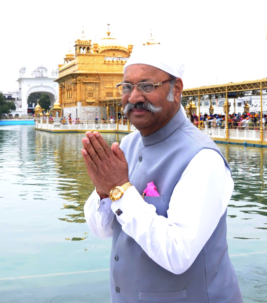 The Governor of Sikkim, Shriniwas Dadasaheb Patil pays obeisance at the  Golden Temple in Amritsar, on April 6, 2015. - Shriniwas Dadasaheb Patil