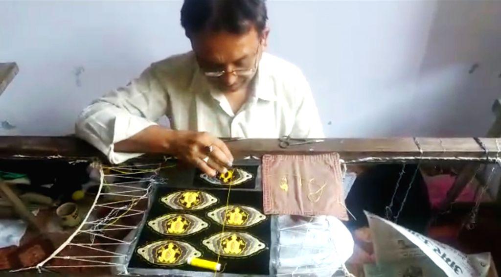 An artisan making Zardosi work.