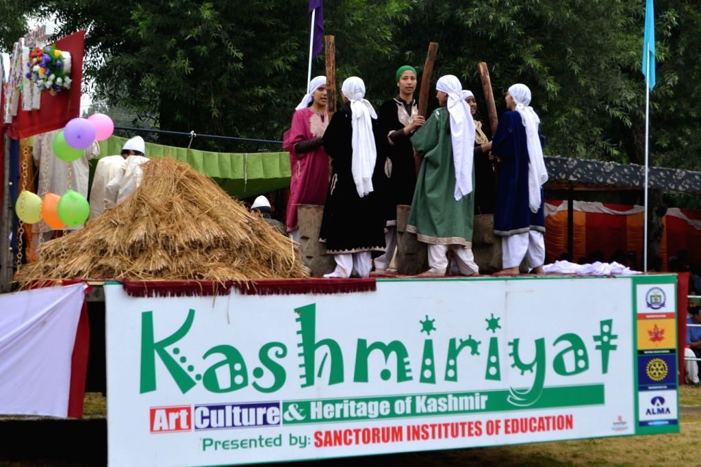 An Independence Day tableau depicting art, culture and heritage of Kashmir in Baramulla, on Aug 15, 2015.