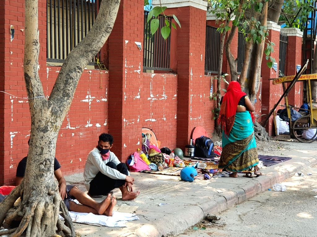 An infected patient admitted to the hospital, then the family in danger forced to sleep on the pavement.