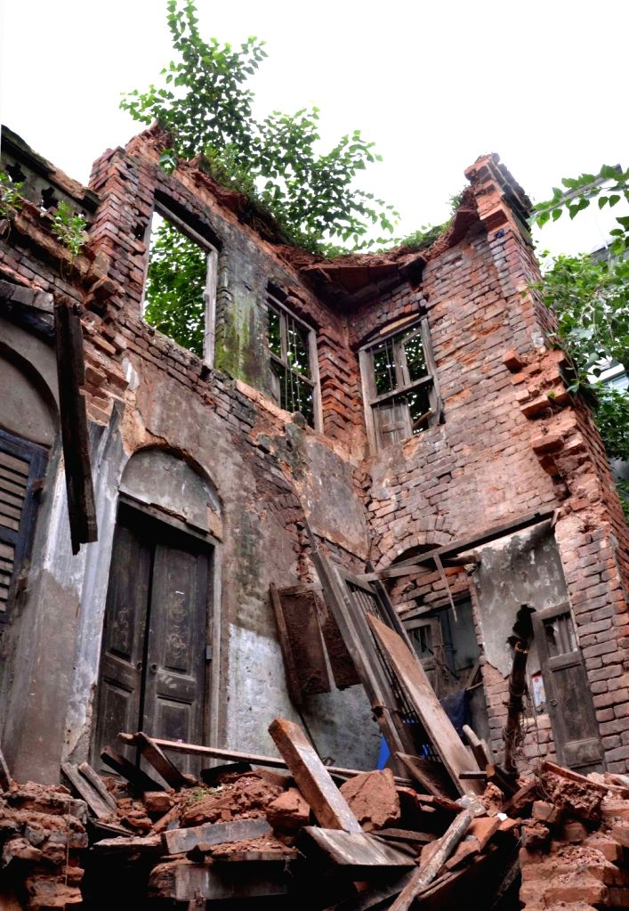 An old house collapsed at Ananda Palit road in Kolkata on Sept 11, 2016.